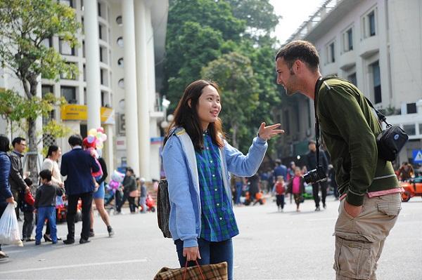 Các bạn trẻ thường xuyên đến những nơi có nhiều khách du lịch để luyện nói